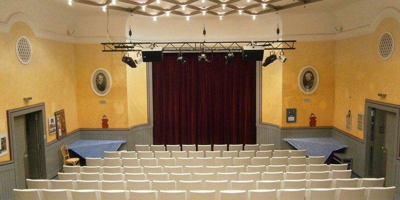 Schmuckes Theater für besondere Events. - Zuschauerraum und Bühne