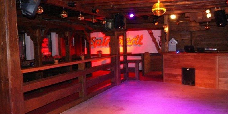 Gemütlich eingerichtete Bar mit Tanzfläche