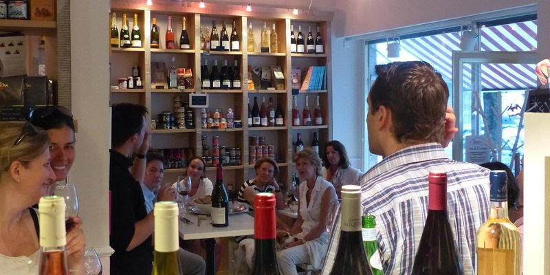 Cafe-Wein-Bar in verspieltem Ambiente