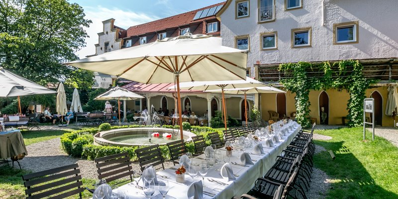 Hotel with vaulted cellar and garden restaurant